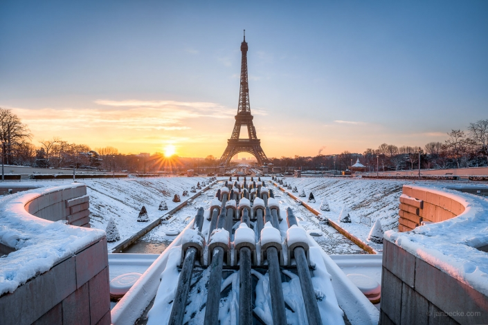 Jardins du Trocadéro and Eiffel Tower in winter with snow, Paris, France